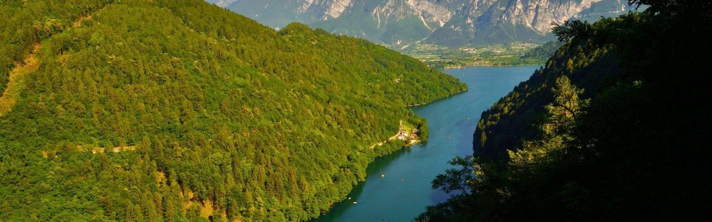 Al Lago di Levico per una preziosa pausa rigenerante. Vieni a scoprire il lago premiato con la Bandiera Blu.