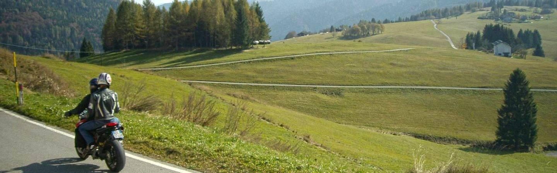 In Trentino con la moto per scoprire gli scorci più belli di Levico Terme e dintorni. Da non perdere per chi è appassionato di moto.