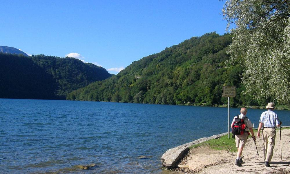 Sentiero in riva al lago di Levico Terme