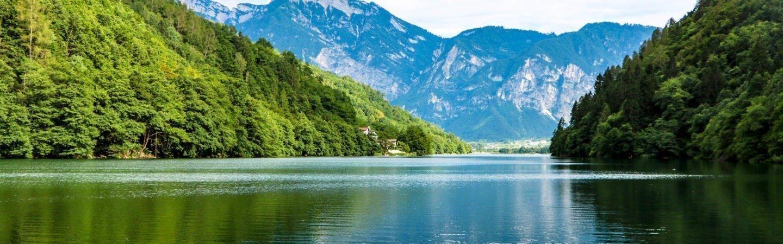"""Der Levico See ist bekannt für seine ausgezeichnete Wasserqualität: deshalb wurde er mit der """"Blauen Flagge"""" ausgezeichnet."""